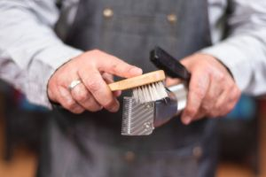 barber-cleaning-razor