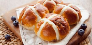 Best hot cross buns rating review compared Australia Where should I buy Easter hot cross buns? Choc chip, raisin, apple & cinnamon, traditional, fruit