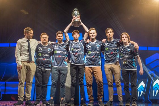 Several gamers under a trophy