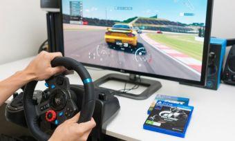 Gaming steering wheel in action