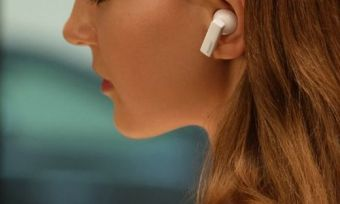 A woman listening to the huawei freebuds pro