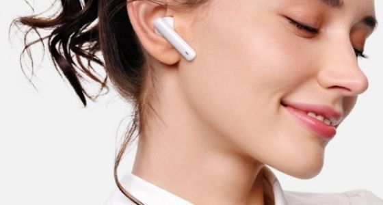 A person using the Huawei FreeBuds 4i earbuds