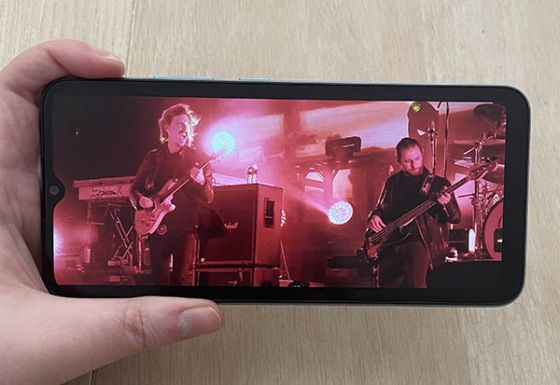 Screen of Realme C21 phone showing live music performance