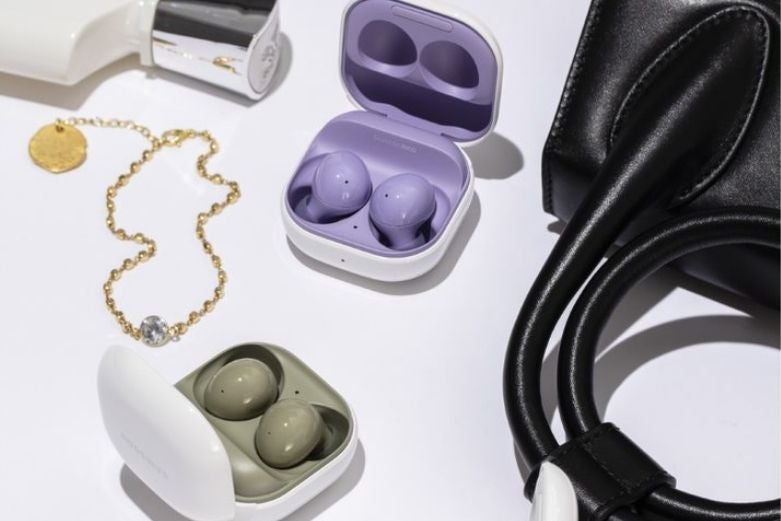 Several pairs of Galaxy Buds 2 earphones in cases